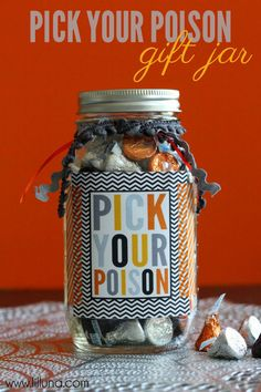 Easy and cute Halloween craft: PICK YOUR POISON gift idea. Stuff mason jars full of delicious candy and decorate! Hand out as party favors or costume contest prizes. Halloween Tags, Halloween Mono, Photo Halloween, Feliz Halloween, Fröhliches Halloween, Diy Halloween Treats, Halloween Pictures, Holidays Halloween, Halloween Favors