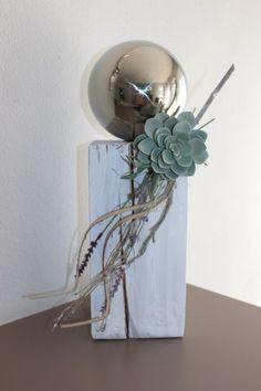 KL51 – Dekosäule für Innen und Aussen! Holzsäule weiß gebeizt, dekoriert mit Materialien aus der Natur, einer künstlichen Sukkulente und einer großen Edelstahlkugel! Preis 54,90€ Höhe ca. 45cm