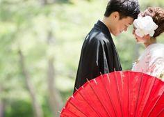 和傘を使って撮る素敵な前撮り写真まとめ Wedding Photography Poses, Wedding Poses, Wedding Photoshoot, Wedding Couples, Japanese Couple, Traditional Wedding Attire, Crazy Wedding, Wedding Couple Photos, Wedding Kimono