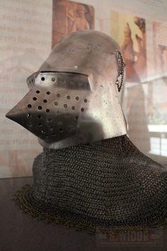 Bascinet aigue, à visière aigüe à charmières latérales, seconde moitié du XIVe siècle - Fondation de l'Hôtel de ville du Landeron