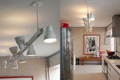 Luzes enfileiradas A cozinha tem banco de cumaru com almofadas, da Studio Duo Enxoval (Foto: Luis Gomes)