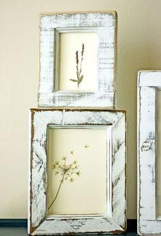 アンティーク調のフレームにはシンプルな押し花を。 押し花をどう飾るかでバランスで決まりますね。 「ここだ!」という構図を考えるのも楽しいひと時。