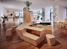 Flexible Elementmöbel, die sich je nach Bedarf im Begegnungszentrum arrangieren lassen