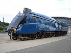 This beauty is the 4468 Mallard. It holds the world speed record for steam locomotives : pics Diesel Locomotive, Steam Locomotive, Mallard Train, Steam Art, Train Pictures, Train Engines, Rolling Stock, Old Bikes, Train Car