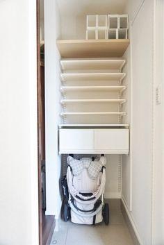 【壁面ラック】もっと早く知りたかった!標準シューズクローク大改造しちゃいました | ほんとうに必要な物しか持たない暮らし◆Keep Life Simple◆〜インテリアのきろく〜 Stacked Washer Dryer, Washer And Dryer, Shelves, Laundry, Towel, Home Appliances, Bathroom, Home Decor, Laundry Room