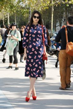 26 Street-Style Lessons In French Dressing #refinery29  http://www.refinery29.com/37628#slide18  Doina Ciobanu matches her bag to her shoes (to tone down an all-over printed dress).