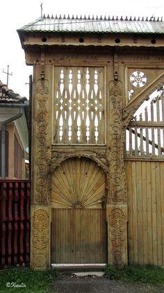 Kárpátutak: Erdély: Székelykapuk 1. - Az Akó-kaputól Korondig Fence Gate, Fences, Where The Heart Is, Wood Doors, Romania, Natural Beauty, Fairy Tales, Solar, Cottage