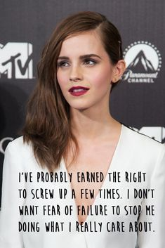 Emma Watson Berry Lipstick - Emma Watson chose a sexy raspberry lip color to finish off her beauty look. Citations Emma Watson, Emma Watson Frases, Emma Watson Quotes, Jennifer Connelly, Enma Watson, Berry Lipstick, Stunning Brunette, Brunette Makeup, Celebrity Hairstyles