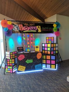 Black table cloths with neon spray? Or bright neon table cloths? 80s Birthday Parties, Disco Birthday Party, Neon Birthday, Disco Party, Sleepover Party, 90s Theme Party Decorations, Party Themes, 80s Theme, Party Ideas
