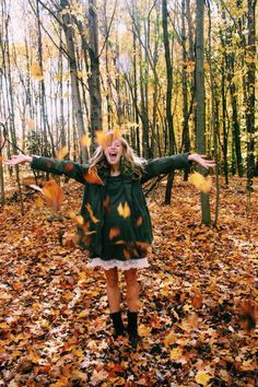 Playing in the autumn leaves. Fall inspiration and photo ideas. Things to do during fall. Ideas Para Photoshoot, Autumn Photography, Woman Photography, Halloween Photography, Happy Photography, Fall Photos, Fall Pics, Cute Fall Pictures, Tumblr Fall Pictures