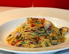 La meilleure recette de Spaghetti alle Vongole (aux palourdes)! L'essayer, c'est l'adopter! 4.8/5 (14 votes), 7 Commentaires. Ingrédients: 145gr de spaghetti  500 gr de palourdes fraiches avec leur coquilles 2 tomates 2 c à s d'huile d'olive 1 gousse d'ail hachée 1 piments rouge, (enlever les pépins si vous ne voulez pas que ça soit trop épicé) et haché 1 demi verre de vin blanc sec 2 c à s de persil haché