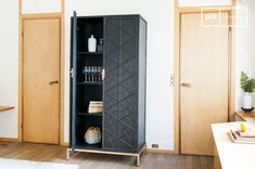 The Lennon metallic wardrobe is elegantly understated, with straight lines and a very dark grey colour. The refined style is accentuated by the golden finish of the legs and handles, as well as the graphic patterns on the doors.