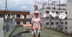 先週に続いてお送りする「帽子おじさん」宮間英次郎の人生いろいろ物語。西成のドヤ暮らしで身も心もすさむうち、競艇と痴漢行為に溺れるようになってしまった、30代の宮間さん。そして長い苦しみの日々を経て「帽子」という表現手段に出会う、運命のドラマが展開していく! Miyama, Street View, Artist, Artists