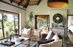 Safari camp med smakfull inredning i afrikansk stil African Interior Design, Interior Design Games, African Design, Safari Living Rooms, Living Room Decor, Safari Bedroom, Tree Camping, Leather Bed, Lodges