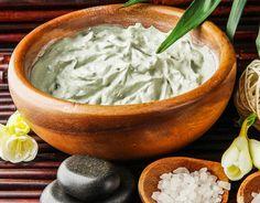 Rezepte für eine kühlende Gesichtsmaske mit nur 3 Zutaten - spendet viel Feuchtigkeit und belebt die Haut. www.ihr-wellness-magazin.de