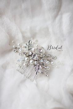 Нежный свадебный гребешок прекрасно дополнит образ стильной и нежной невесты. Хорошо гнется и укладывается по форме прически. Длина примерно 10-12 см. Все товары нашего бутика высылаются в подарочной упаковке. Элементы и проволока серебристого цвета. Кристаллы прозрачные. Возможно