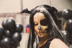 Ga met #Halloween verkleed als vleermuis! Met mooie #skull schmink en een pruik is je outfit compleet. Halloween Face Makeup, Outfits, Clothes, Suits, Clothing, Outfit Posts, Outfit