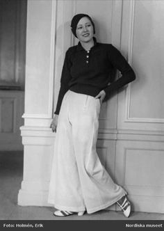 Dammode, seglarkläder, 1937. Modell poserar i ett par vita långbyxor. Foto: Erik Holmén för Nordiska Kompaniet
