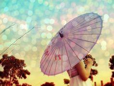[A paz de viver um dia por vez.]  Tão bom olhar pra trás e ver que o passado continua ali, no mesmo lugar, mas que já não acinzenta e amedronta o presente. Incertezas abandonadas, fraquezas bobas. Cenas vividas, atrasos que não cabem num futuro sem exageros. Capítulos que pro nosso bem, encerramos. Inevitavelmente, a vida nos cobra um fim. É sempre necessário renovar o que cultivamos. O tempo passa, a gente desapega e passa a dar valor apenas ao que mantém leve a alma. O tempo passa, e a…