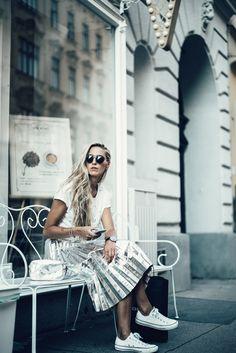 White basic shirt with metallic silver skirt Silver Skirt, Kurt Cobain, Metallic, Sunglasses, Street, Skirts, Baby, Fashion, Moda
