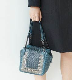 Some brands thrive on the seasonal churn that comes with novelty, trend cycles and the constant introduction of new designs, but Bottega Veneta is not among them. Instead, the staid Italian powerhouse has a wide line of functional, beautiful bags that are useful in the lives of real women, and every season, it remixes and …