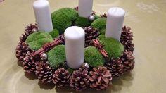 Adventskranz mit Tannenzapfen, Moos und weißen Kerzen © NDR / Axel Franz Fotograf: Axel Franz