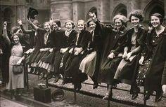 """""""No Dia 8 de março de 1857, morreram aproximadamente 130 mulheres carbonizadas, quando foram trancadas na fábrica de tecelagem, em Nova York, onde trabalhavam, por estarem em greve. Em homenagem a estas mulheres, em 1910, declarou-se o dia 8 de março como o """"Dia Internacional da Mulher""""."""