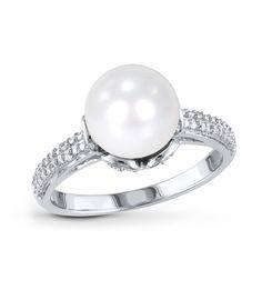 La sortija ADRIANA es una preciosa sortija, con una bella perla cultivada, combinada con los mejores diamantes, en una pieza ideal para todas aquellas mujeres amantes de esta gema preciosa.