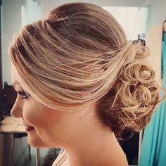 Dica de penteado preso para festas no verão para aliviar o calor e o cabelo ficar intacto até o final do evento.Eu usei esse coque bem despojado e com volume no topo para ser madrinha de casamento de um casal de amigos, fez o maior sucesso e para quem não gosta de mostrar a orelha ele esconde direitinho!!! #dicagsf #guriasemfiltro #penteadopreso #penteadodemadrinha #penteado #coque #cabelo #casamento #tejoga #cabelopreso #orelhatapada #lookdemadrinha #festasnoverão #wedding #tejogaguria #coquede Diana, Hair Beauty, Long Hair Styles, Adele, Fashion, Bridal Hair, Plaits Hairstyles, Girl Hairstyles, Updos