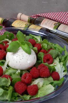 Himbeeren & Burrata auf grünem Salat. Dazu Dressing von Gegenbauer