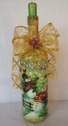 Garrafa reciclada com pintura e decoupage com tema natalino. Usado como objeto decorativo podendo servir como castiçal. Linda decoração para seu Natal. Faço outras cores e outros figuras.