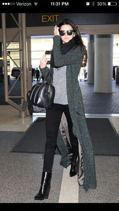 Celebrity Street Style Picture Description Kendall Jenner keeps it casual chic to catch a flight to Kendall Jenner Style, Kylie Jenner, Look Fashion, Street Fashion, Fashion Outfits, Fashion Clothes, Fashion Ideas, Luxury Fashion, Travel Outfits