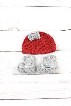 Súprava pre novorodenca je ručne háčkovaná z prírodného materiálu - z kvalitnej nórskej extra jemnej červenej a šedej 100% merino vlny vhodnej pre citlivú detskú pokožku. Súpravičk...