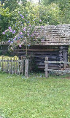 http://www.inspiredhomeideas.com/19-small-quaint-outdoor-gardening-sheds/