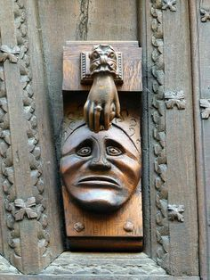 An Old Carved Wooden Door With A Carved Face Ready To Be Hit On The Forehead With A Ringed Hand Early Door Knoc Puxadores De Porta Macaneta De Porta Macanetas
