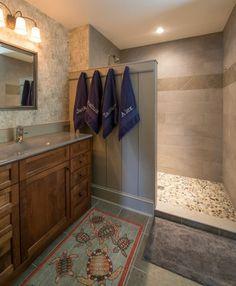 Paroi en bois traité pour un aspect rustique de cette salle de bains