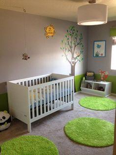 Une chambre d'enfant sur le thème de la nature. Tapis verts gazon, couleurs naturelles beige et marron, tickets arbre...