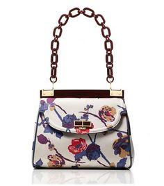 This bag makes me think of summer. Floral Fashion, Fashion Bags, Fashion Handbags, Fashion Outfits, Ladies Fashion, Tory Burch Bag, Beautiful Bags, Coach Bags, Coach Handbags