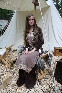 Gaiadóttir Fae - Viking Marked Turtle Brooches, Self Made Viking Bead Jewelry, Second Hand Belt, Self Made Viking Apron Dress, Second Hand Basic Medieval Dress - ~ Fairy Viking ~ Costume Viking, Viking Garb, Viking Reenactment, Viking Dress, Medieval Dress, Larp Costumes, Norse Clothing, Viking Wedding, Viking Culture