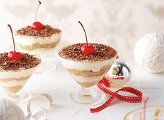 Make this easy Gluten Free Tiramisu recipe for dinner parties! Topped with cream and chocolate shavings, this easy tiramisu recipe with chocolate is bound to be a favourite dessert recipe idea. Desserts In A Glass, Mini Desserts, Christmas Desserts, Individual Desserts, Christmas Dishes, Christmas Foods, Christmas Baking, Christmas 2019, Christmas Recipes