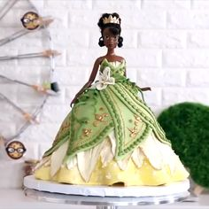 Princess Tiana Doll Cake This cake looks beautiful and delicious at the same time. Bolo Barbie, Barbie Cake, Cake Decorating Videos, Cake Decorating Techniques, Character Cakes, Cake Videos, Novelty Cakes, Cute Cakes, Creative Cakes