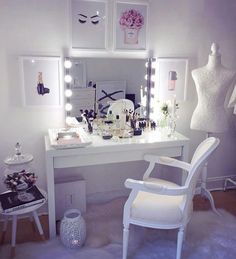 Girl Room Decor Ideas - What color makes a small room look bigger? Girl Room Decor Ideas - What are good colors for a bedroom? Cute Bedroom Ideas, Girl Bedroom Designs, Girls Bedroom, Makeup Vanity Decor, Makeup Desk, Vanity Room, Teen Vanity, Big Girl Rooms, Beauty Room