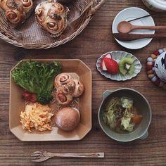 色、デザイン、形。どの子も少しずつ個性がありますが、いざテーブルに並べてみると、乗せられた料理や食材の引き立て役にまわり、すっと食卓に馴染んでいく。実は、見た目以上に健気で控え目な存在のお皿たちでもあるのです。
