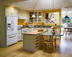Kuchyň s ostrůvkem a kuchyňský stůl