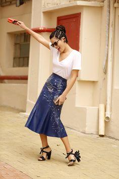 Look de street style com saia de couro azul marinho Patricia Viera e camiseta branca. Look hi&low com sandália Delpozo de verniz e flores e bolsa mini peekaboo Fendi.
