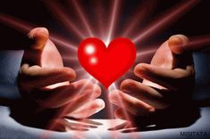 Imagen de corazón tierno con movimiento sobre manos