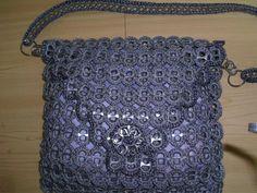Purse crochet with soda pop tabs. **Website is in Spanish**