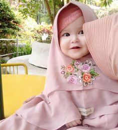في أطيب من هيك ؟😩💗 🌸🌸🌸🌸🌸🌸🌸🌸🌸🌸 #pinkheejab #hijabblog #pinkyhijab #hijabfashion #myhijab #hijabmuslim #hijaboutfits #hijabchic #hijabmylife… Cute Little Baby, Pretty Baby, Baby Love, Baby Hijab, Girl Hijab, Funny Babies, Cute Babies, Baby Kids, Cute Baby Girl Pictures