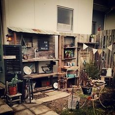 DIYで飾り棚を作ったり、屋台のような場所を作ってみせています。 注目は古いミシンや黒板などの雑貨達。 こういったセンス溢れる雑貨をつかうことでおしゃれな空間に仕上がります。
