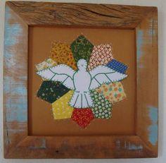 Lindo quadrinho do Divino em patchwork, bordado e aplicação em tecido 100% algodão e moldura em madeira de demolição. Fazemos de todas cores. Encomende o seu! R$ 68,00